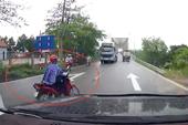 Phụ nữ rẽ không quan sát khiến ôtô phanh cháy mặt đường