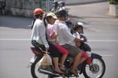 Chở 2 người trên xe máy bị phạt trong trường hợp nào?