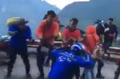 Nhóm phượt thủ vô tư nhảy giữa đèo Mã Pí Lèng