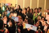 Fan của nhóm nhạc Hàn Quốc NCT 127 'náo loạn' họp báo