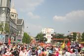 Hàng vạn người đổ về dự lễ rước kiệu chùa Bà Bình Dương