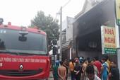Cháy nhà nghỉ, nhiều người mắc kẹt kêu cứu