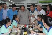 Thủ tướng ăn cơm tập thể cùng hàng trăm công nhân