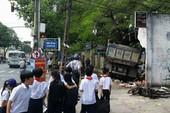 Kinh hãi xe ben tông thẳng vào trường tiểu học