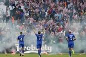 Mặc cho cầu thủ van xin, CĐV Croatia vẫn phá hỏng trận đấu