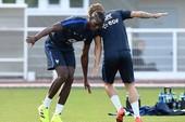 Paul Pogba trêu đùa Antoine Griezmann trong buổi tập của tuyển Pháp