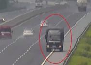 Đùa giỡn 'tử thần', xe tải phi ngược chiều trên cao tốc