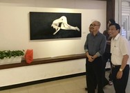 Bộ trưởng Văn hóa bất ngờ đến xem triển lãm ảnh nude