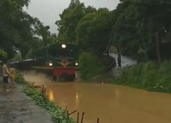 Tàu hỏa 'mò chạy' trên đường ray ngập nước