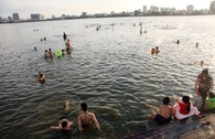 Góc hồ Tây biến thành bãi tắm tự phát