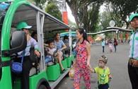 Người dân hào hứng đi xe buýt điện tham quan thành phố