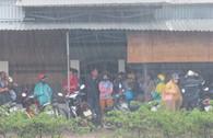 Hàng trăm người trú mưa chứ không chịu rời hiện trường vụ thảm sát