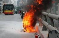 Xe máy bốc cháy tan tành trên cầu vượt tại Hà Nội