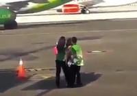 Trễ chuyến, người phụ nữ đuổi theo máy bay ra đường băng