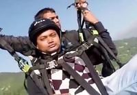 Khoảnh khắc phi công hy sinh mạng cứu du khách nhảy dù