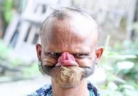 Choáng với người đàn ông có thể dùng lưỡi liếm tới trán