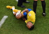 Neymar lại đang 'bắn' vào chân mình