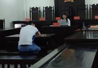 Bị cáo chém mẹ và em gái khóc nức nở tại tòa