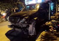'Xe điên' Lexus đâm gục hàng chục xe máy, tông cả xe CSGT