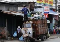 Người đi đường ngán ngại xe rác gây mất vệ sinh