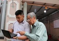 Cụ già đến tiễn anh hùng Nguyễn Văn Thương bằng lời hát