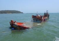 Quảng Ngãi: Hỗ trợ tiền cho ngư dân bị cướp, tàu lạ đâm chìm