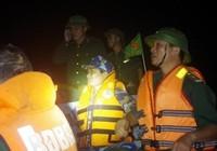Biên phòng cứu 3 ngư dân giữa biển trong thời tiết cực xấu
