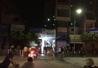 Cháy nhà ở Tân Phú, 3 người leo lên nóc thoát chết