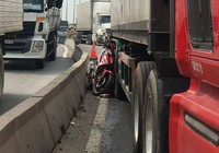 Tử vong khi chạy xe máy trong làn ô tô ở Bình Dương