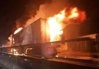 Sau tiếng nổ lớn, xe container cháy ngùn ngụt trên quốc lộ