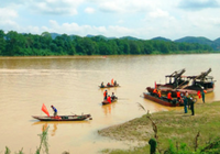Con gái gào khóc tìm cha, mẹ mất tích trên sông Lam