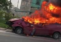 Ô tô khách cháy rụi trong lúc được cẩu đi