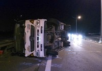 Xe tải lật ngang trên cao tốc TP.HCM - Trung Lương