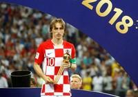 Modric buồn rầu nhận quả bóng vàng World Cup 2018