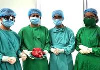 Tưởng đau dạ dày, bất ngờ phát hiện khối u 2,5 kg