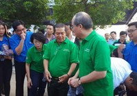 Bí thư Nguyễn Thiện Nhân cùng người dân xuống kênh dọn rác