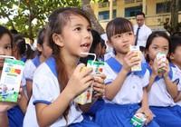 Vinamilk trao 76.500 ly sữa nhân ái cho trẻ em Vĩnh Long