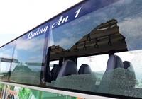 Bị xe buýt ép ngã, nam thanh niên lấy đá ném vỡ kính
