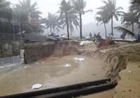 Bờ biển Đà Nẵng bị xé toạc, nước thải tràn ra biển