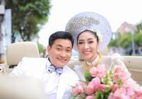 Hoa hậu Đặng Thu Thảo lên xe hoa trong ngày mưa bão