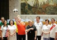 Sốt World Cup, các đại sứ LHQ mặc áo đội tuyển đi họp