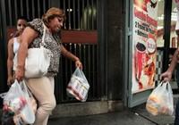Venezuela: Bắt giam 34 quản lý siêu thị vì giấu thực phẩm