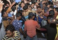 Thảm họa kinh hoàng: Tàu lửa lao qua đám đông, 60 người tử nạn