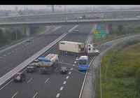Kinh hoàng xe container 'làm xiếc' trên cao tốc