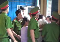 Tử tù nhào đến ôm hôn những người thân lần cuối