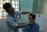 Điều máy lọc máu, bác sĩ từ TP.HCM lên Tây Nguyên cứu tân binh