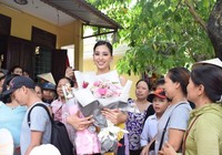Hoa hậu Tiểu Vy về Hội An thăm nhà sau khi đăng quang