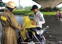 CSGT tặng áo cho dân vì cơn mưa lớn bất ngờ