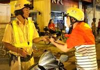 Theo chân cảnh sát trắng đêm xử lý người đi 'bão' quá khích