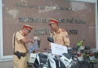 Cảnh sát giao thông tặng bút, thước cho thí sinh